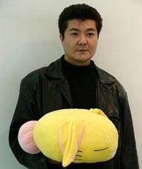 Koichi Ishii con un peluche de rabite. Qué majos.